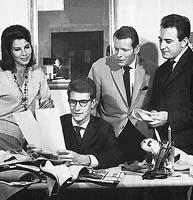 Byl to také čas kamarádství, lásky a dobrodružství, píší v Paris Matchi pod fotografií ze září 1961, na níž je štáb návrhářské dílny Yvesa Saint-Laurenta: Victoire, Claude Licard a Pierre Bergé - Foto převzato z Paris Matche
